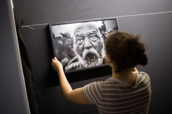 Allestimento del Festival della fotografia etica di Lodi